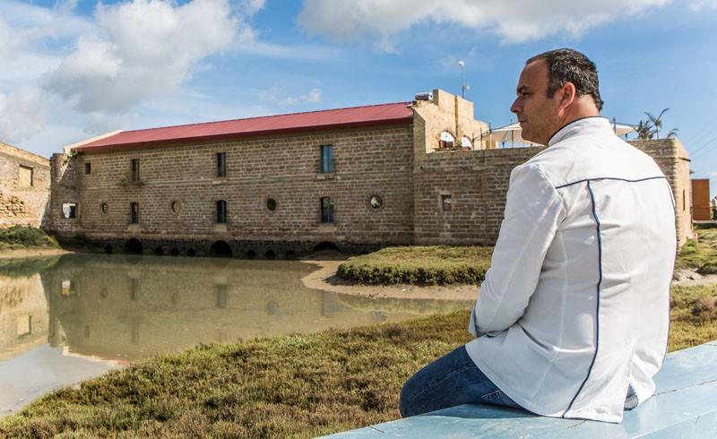 Ángel León vor seinem Drei-Sterne- und jetzt auch Green Star-Restaurant Aponinente
